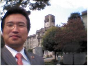 京都市役所前にたつ市会議員・とがし豊
